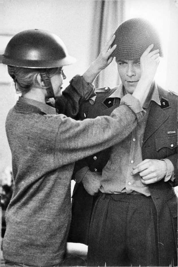 """Бриджит Бардо на съемках фильма """"Бабетта идет на войну"""", 1959 год."""