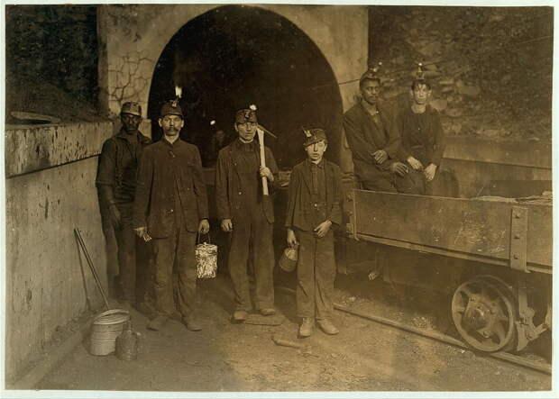 15. Главный вход в одну из шахт Западной Вирджинии. В центре мальчик, его рабочий день, как и у остальных, начинается в 7 утра и заканчивается в 6 вечера. Он получает $1 в день. америка, дети, детский труд, история