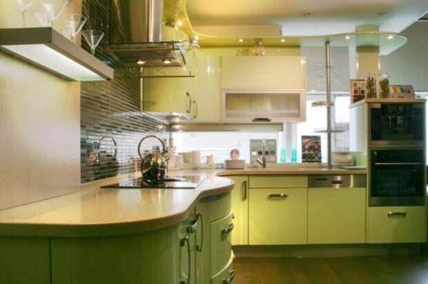 Дополнительный уют этой кухне придает желтое освещение