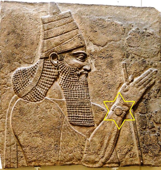 На фреске с изображением ассирийского царя увидели наручные часы из 20 века