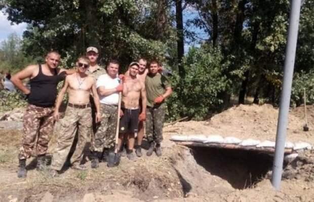 Испугавшись слухов о вторжении России, в Херсоне сломали 3 трактора на рытье окопов