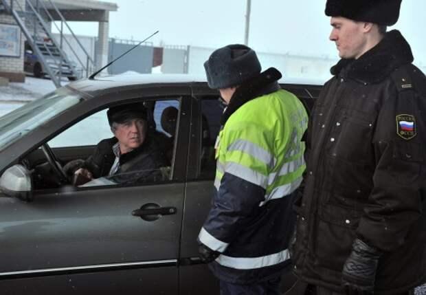 Инспектор ГИБДД проверяет автомобиль
