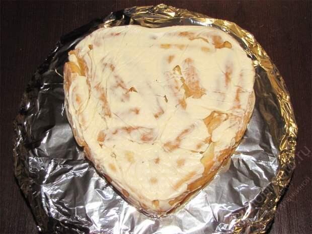 Перевернуть охлажденный торт на тортовницу. Снять с торта аккуратно форму и пищевую пленку. пошаговое фото приготовления торта Дамские пальчики