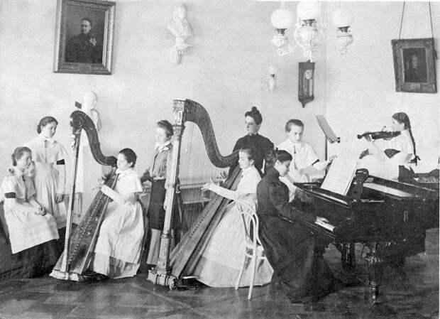Урок игры на арфе. Выпускной альбом института 1889 года.