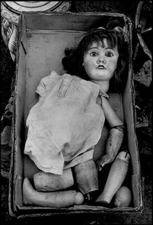 Рассыпавшаяся на куски кукла.