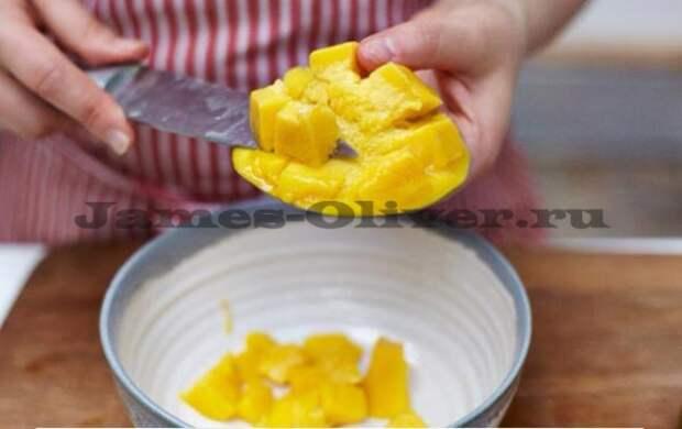 Куриный шашлык в духовке с салатом из манго