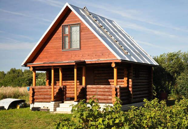 Идеальный вариант для русского стиля - добротный двухэтажный дом из обработанного бревна на высоком цоколе