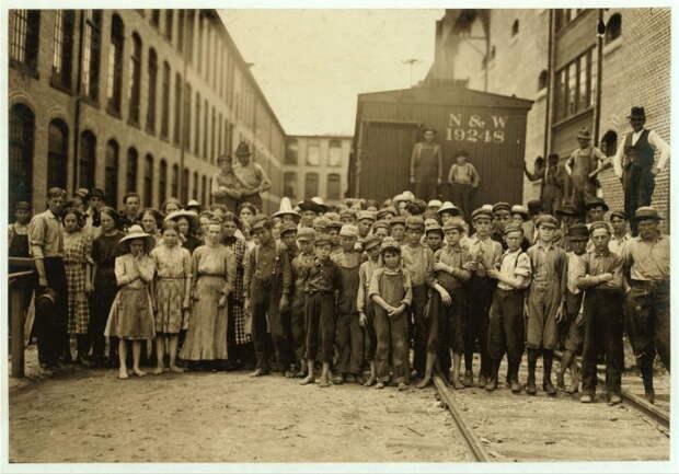 Групповой снимок детей и подростков, которые работали в Вашингтоне на хлопкопрядильной фабрике.