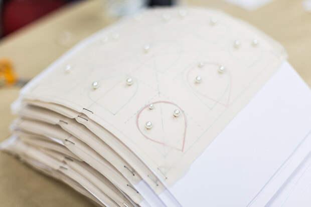 Эскизы лепестков для камелии Chanel, украшенные жемчугом (Maison Lemarié) © lejournalflou.com