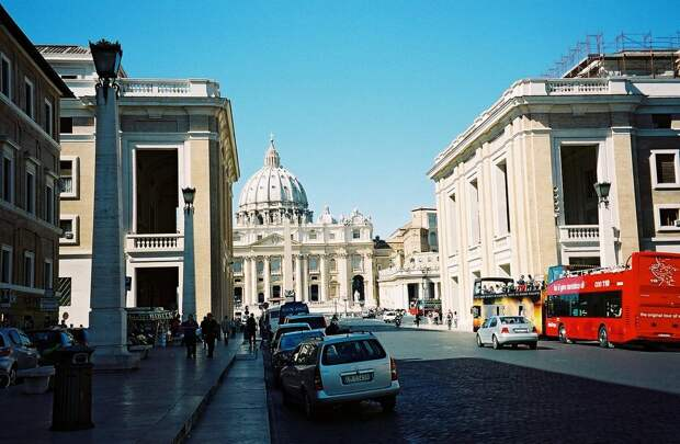 25 место. Базилика Святого Петра в Ватикане, которая насчитывает 11 часовен, 45 алтарей и бесчисленное количество статуй, была создана величайшими архитекторами и художниками эпохи Возрождения и барокко. Ежегодно это место посещают 11 миллионов человек.
