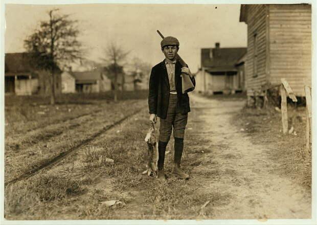17. Чарли охотится уже 4 года. Если возвращается с добычей, получает 50 центов в день. Диллон, Северная Каролина. 1908 год. америка, дети, детский труд, история