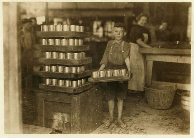 19. Один из маленьких грузчиков на фабрике в Балтиморе, Мэриленд. 1909 год. америка, дети, детский труд, история