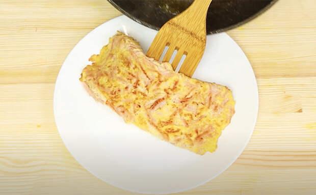 Натираем колбасу на терке, добавляем к тесту, а затем жарим как блины
