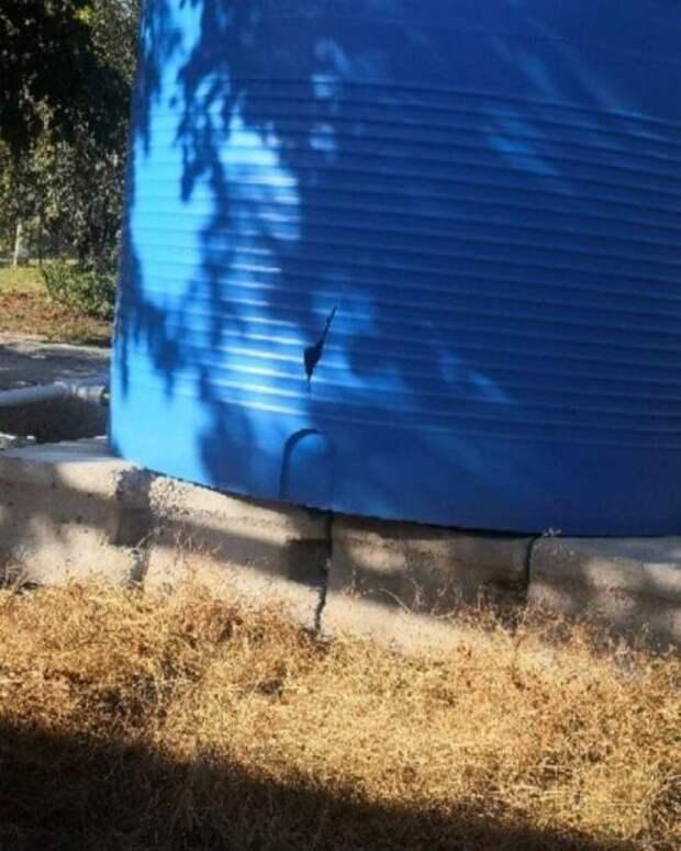 В Симферополе повредили только что поставленную бочку для воды