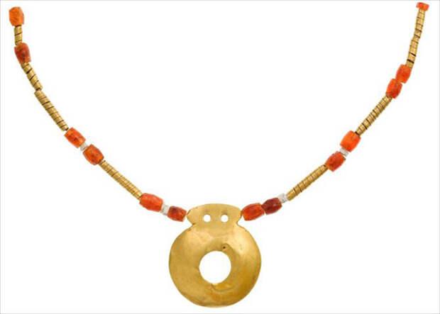 Ожерелье с золотым амулетом, 26 бусинками из золота и минералов, середина V тысячелетия до н. э. Артефакт из могилы №97. /Фото:most-interestingthings.com