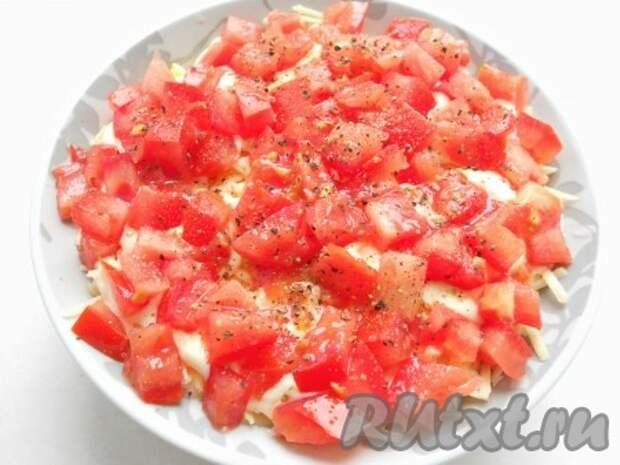 Верхний слой - порезанные кубиками свежие помидоры (посолить немного и хорошо поперчить).
