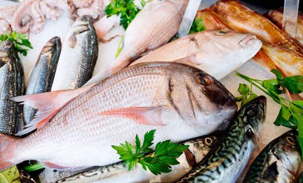 Выбираем самую свежую рыбу на прилавке: смотрим на жабры, запах и глаза