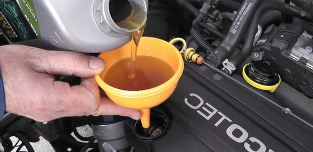 Новоиспеченный владелец не может наверняка знать, как давно заливалось масло прежним владельцем. | Фото: mitsu-motors.ru