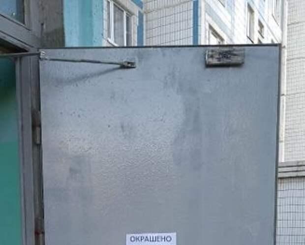 Коммунальщики покрасили дверь подъезда пятнадцатого дома на 9-й Северной линии