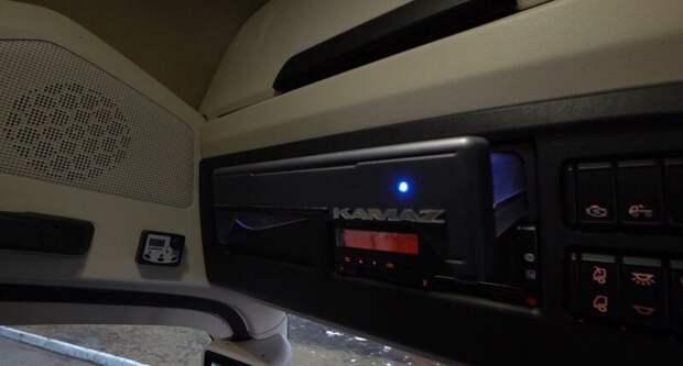 КАМАЗ-54907 внутри — панель приборов
