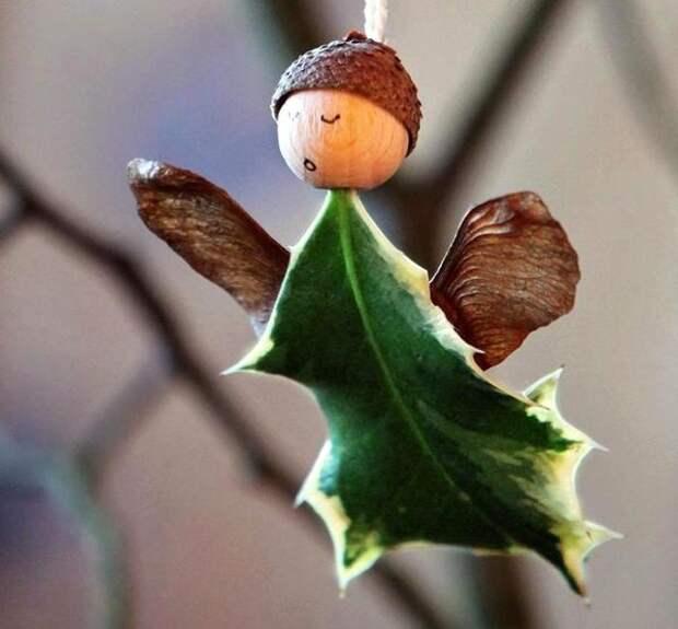 Ангел из листьев падуба остролистного
