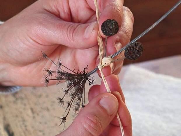 С помощью лыковой бечевки на стебле закрепите две ольховые шишки.