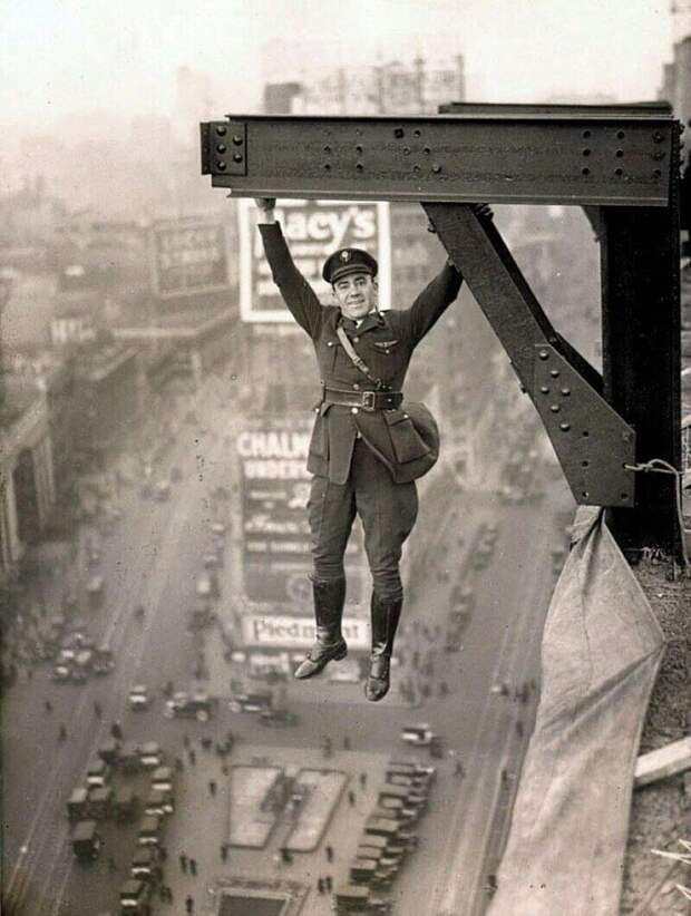 Экстремал 20-го века. Офицер полиции Нью-Йорка позирует висящим над Таймс-сквер, 1920 год.