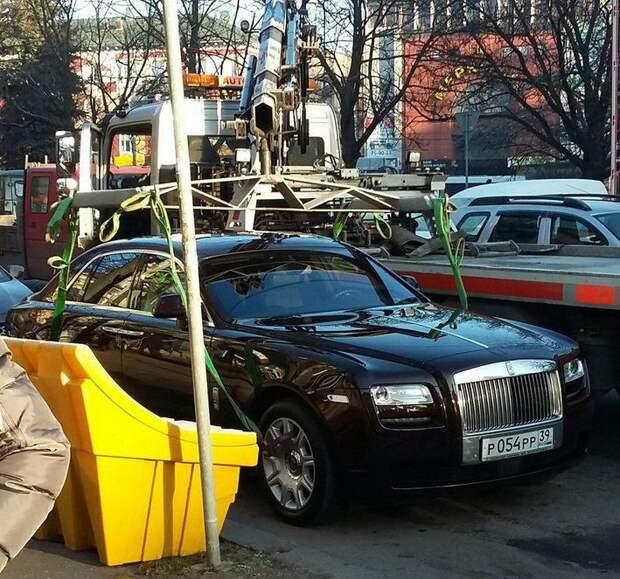 Эвакуатор, которому удалось своими ремешками обнять Rolls-Royce rolls-royce, Сотрудник ДПС, эвакуатор