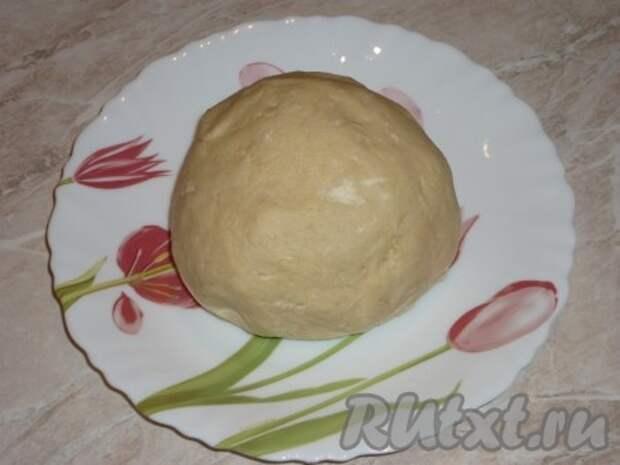 Добавляя постепенно просеянную муку в масляно-яичную массу, замешиваем тесто. Из получившегося мягкого теста формируем шар, заворачиваем его в пищевую плёнку и отправляем на 30 минут в холодильник.
