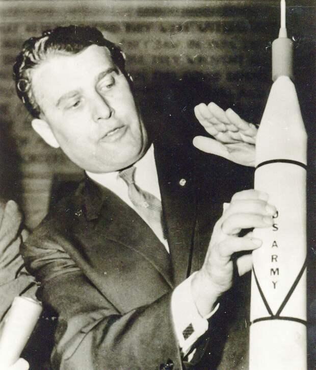 09. 1958, февраль. Научная группа Вернер фон Браун празднует успех «Эксплорер-1» и открытие радиационных поясов вокруг Земли названных поясами ван Аллена.