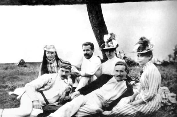Слева направо: Ольга Хенчель, Джером, Карл Хенчель, неизвестная дама, Джордж Уингрейв и Эффи Джером, жена Джерома К. Джерома