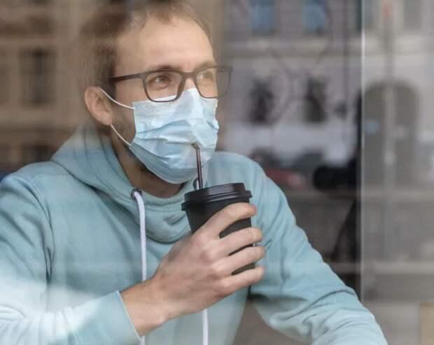 В баре заставляют пить алкоголь через маски