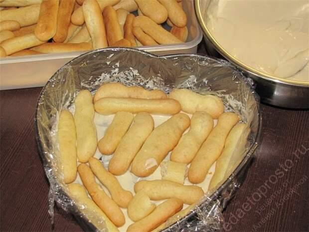 Выложить в один слой остывшие «пальчики». пошаговое фото приготовления торта Дамские пальчики