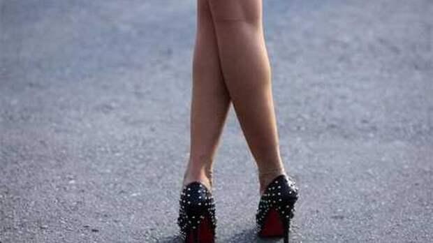 Девушка, скрестив ноги, добилась ремонта дороги