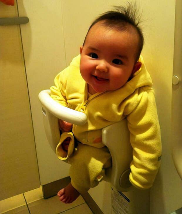 Держатель для ребенка в туалете. | Фото: Filing.pl.