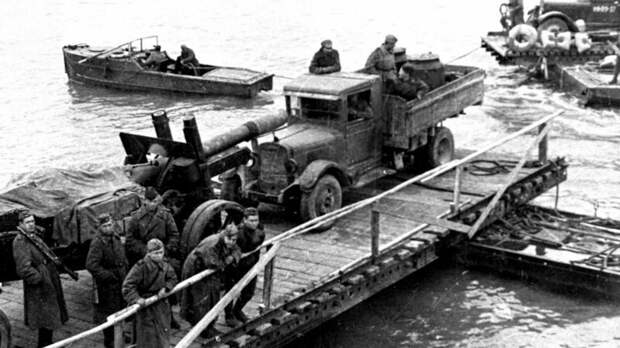 Паромная переправа на остров Сааремаа. Слева вверху — катер БМК-70 (из фондов Эстонского исторического музея) авто, автоистория, военная техника, история, переправа, понтон, понтонно-мостовая переправа