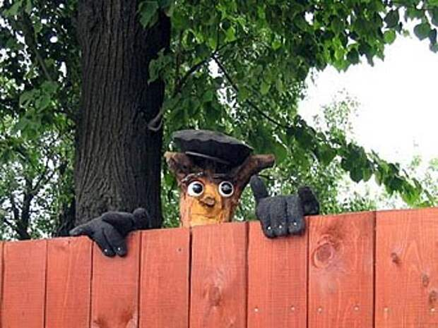 садовая фигурка на заборе