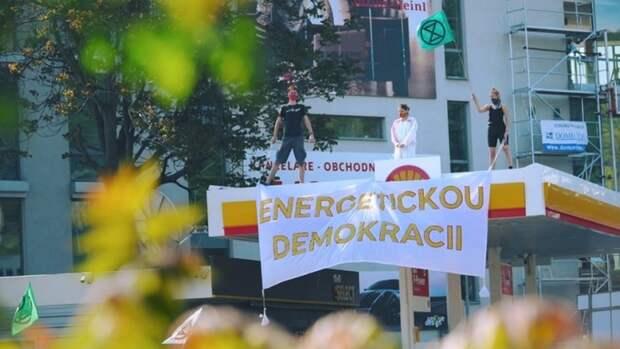Три заправки Shell захватили экоактивисты вПраге, требуя прекращения добычи нефти