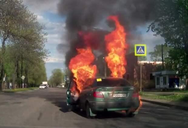 Автомобиль по вине водителя загорелся прямо на ходу