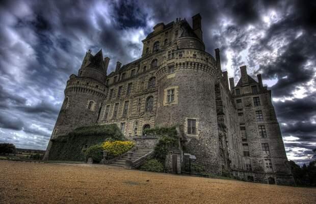 Замок Бриссак, Франция история, мистика