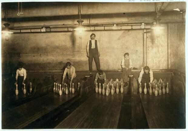 4. Так называемые Pin boys — мальчики, которые расставляли кегли в боулинге, работая по ночам. Бруклин, Нью-Йорк, США. 1910 год. америка, дети, детский труд, история