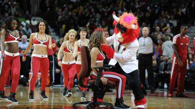 Девушка из группы поддержки была сбита с толку новыми танцевальными па, даже не подозревая, что за этим стоит ее молодой человек