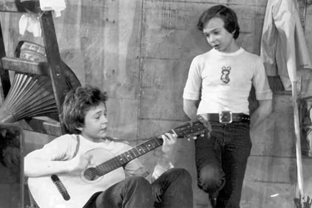 поют и играют гитара