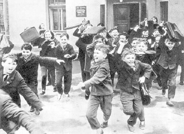 """вторское название фотографии """"Ура, каникулы!"""", хотя, скорее всего это просто большая перемена. СССР, история, школа"""