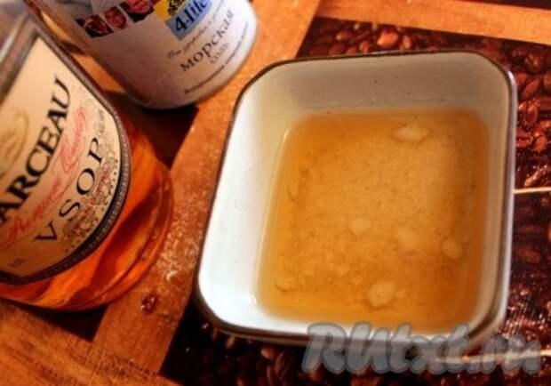 Приготовить обмазку - размешать соль в коньяке или роме, часть растворится, а часть соли просто намокнет.