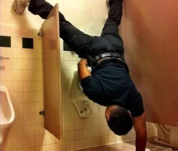 Почему в общественных туалетах дверцы не дотягивают до пола