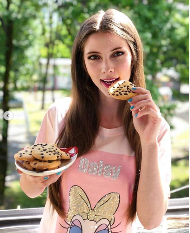 девушка с печеньем
