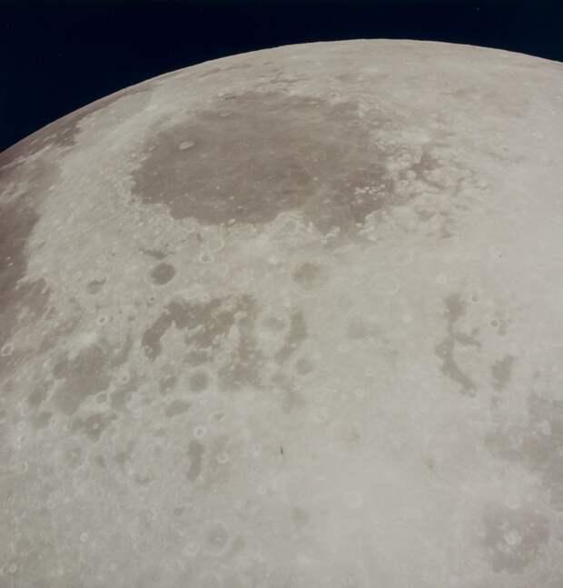 1969. май. Покидая Луну. В 137 часов 36 минут 28 секунд полётного времени, после 61 часа 40 минут пребывания на орбите Луны на 32 витке был включён основной двигатель командного модуля для обеспечения перехода на траекторию полёта к Земле