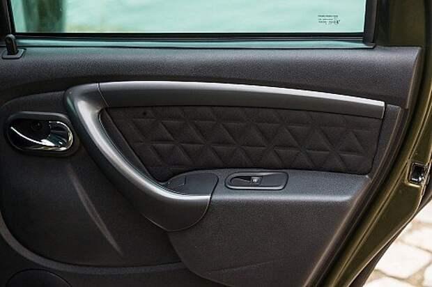 Пассажир заднего сиденья непроизвольно нажимает клавишу открытия окна, пристроенную в подлокотнике