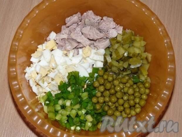 Огурцы нарезать на кубики. Лук, печень, яйца мелко нарезать. Соединить печень трески, яйца, горошек, лук, огурец, майонез. Салат хорошо перемешать.